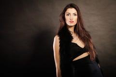 Γυναίκα στο αισθησιακό μαύρο φόρεμα στο σκοτάδι Στοκ εικόνες με δικαίωμα ελεύθερης χρήσης