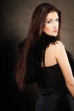 Γυναίκα στο αισθησιακό μαύρο φόρεμα στο σκοτάδι Στοκ Εικόνα