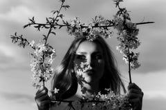 Γυναίκα στο ανθίζοντας λουλούδι Κορίτσι την άνοιξη προσωπική SPA ντους χαλάρωσης στοιχείων Στοκ Εικόνες
