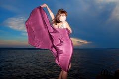 Γυναίκα στο ανοικτό φόρεμα με τη δερματοστιξία πεταλούδων σε την πίσω Στοκ Εικόνες