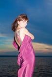 Γυναίκα στο ανοικτό φόρεμα με τη δερματοστιξία πεταλούδων σε την πίσω Στοκ φωτογραφία με δικαίωμα ελεύθερης χρήσης