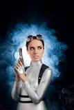 Γυναίκα στο ασημένιο διαστημικό πυροβόλο όπλο πιστολιών εκμετάλλευσης κοστουμιών Στοκ Φωτογραφία