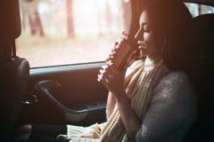 Γυναίκα στο αυτοκίνητο, έννοια πτώσης φθινοπώρου Χαμόγελο των όμορφων ποτών κοριτσιών στο αυτοκίνητο που κινείται στο αυτοκίνητο Στοκ φωτογραφίες με δικαίωμα ελεύθερης χρήσης