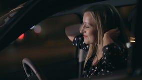 Γυναίκα στο αυτοκίνητο που έχει τη διασκέδαση που χορεύει τη νύχτα απόθεμα βίντεο