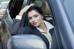 Γυναίκα στο αυτοκίνητο που φαίνεται έξω το παράθυρο Στοκ φωτογραφία με δικαίωμα ελεύθερης χρήσης