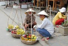Γυναίκα στο Βιετνάμ που φορά τα παραδοσιακά τριγωνικά καπέλα φοινικών αχύρου Στοκ Φωτογραφίες