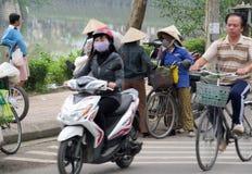 Γυναίκα στο Βιετνάμ που φορά τα παραδοσιακά τριγωνικά καπέλα φοινικών αχύρου Στοκ εικόνα με δικαίωμα ελεύθερης χρήσης