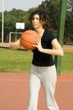 Γυναίκα στο γήπεδο μπάσκετ με την καλαθοσφαίριση-κατακόρυφο Στοκ φωτογραφία με δικαίωμα ελεύθερης χρήσης