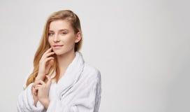Γυναίκα στο γκρίζο λευκό υποβάθρου SPA Στοκ φωτογραφία με δικαίωμα ελεύθερης χρήσης