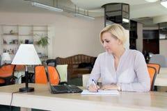 Γυναίκα στο γραφείο με ένα lap-top Στοκ φωτογραφίες με δικαίωμα ελεύθερης χρήσης