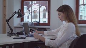 Γυναίκα στο γραφείο που κάνει on-line να ψωνίσει απόθεμα βίντεο