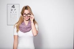 Γυναίκα στο γραφείο του οπτικού Στοκ φωτογραφία με δικαίωμα ελεύθερης χρήσης