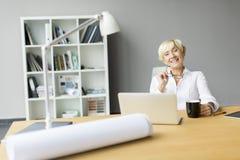 Γυναίκα στο γραφείο Στοκ φωτογραφίες με δικαίωμα ελεύθερης χρήσης