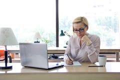Γυναίκα στο γραφείο Στοκ Εικόνες