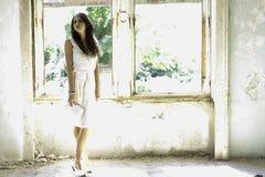 Γυναίκα στο εγκαταλειμμένο σπίτι στοκ εικόνες