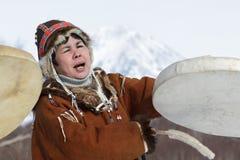 Γυναίκα στο εθνικό φόρεμα Koryak που χορεύει με το ντέφι και το τραγούδι Στοκ Εικόνα