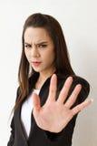 Γυναίκα στο επιχειρησιακό κοστούμι που παρουσιάζει χειρονομία χεριών στάσεων, κάθετο πορτρέτο Στοκ Εικόνα