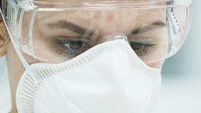 Γυναίκα στο εργαστήριο που κάνει το πείραμα με τους δοκιμή-σωλήνες απόθεμα βίντεο