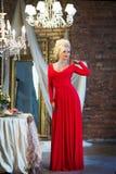 Γυναίκα στο εσωτερικό πολυτέλειας blocky Κόκκινο φόρεμα στοκ φωτογραφίες με δικαίωμα ελεύθερης χρήσης
