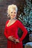 Γυναίκα στο εσωτερικό πολυτέλειας blocky Κόκκινο φόρεμα στοκ φωτογραφίες