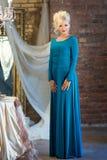 Γυναίκα στο εσωτερικό πολυτέλειας blocky μπλε φόρεμα maike στοκ εικόνα
