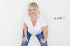 Γυναίκα στο λευκό μέσα στο κενό δωμάτιο Στοκ Εικόνα