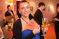 Γυναίκα στο θέατρο που παρουσιάζει τα εισιτήρια στοκ εικόνες