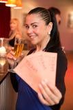 Γυναίκα στο θέατρο που παρουσιάζει τα εισιτήρια Στοκ εικόνες με δικαίωμα ελεύθερης χρήσης