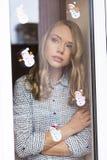 Γυναίκα στο θερμό σπίτι Στοκ φωτογραφίες με δικαίωμα ελεύθερης χρήσης