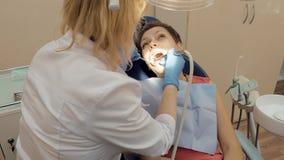 Γυναίκα στο ιατρικό γραφείο κλινικών οδοντιάτρων Στοκ φωτογραφία με δικαίωμα ελεύθερης χρήσης