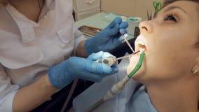 Γυναίκα στο ιατρικό γραφείο κλινικών οδοντιάτρων Στοκ Εικόνες
