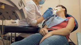 Γυναίκα στο ιατρικό γραφείο κλινικών οδοντιάτρων Στοκ Εικόνα