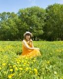Γυναίκα στο λιβάδι με τις κίτρινες πικραλίδες στοκ φωτογραφίες