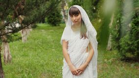 Γυναίκα στο ινδικό άσπρο φόρεμα απόθεμα βίντεο