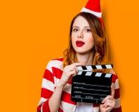 Γυναίκα στο καπέλο Άγιου Βασίλη με τη κινηματογραφία clapperboard στοκ φωτογραφίες με δικαίωμα ελεύθερης χρήσης