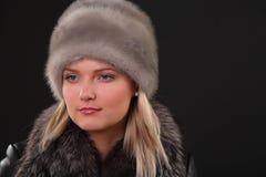 Γυναίκα στο καπέλο γουνών Στοκ φωτογραφία με δικαίωμα ελεύθερης χρήσης