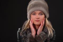 Γυναίκα στο καπέλο γουνών Στοκ φωτογραφίες με δικαίωμα ελεύθερης χρήσης