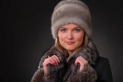 Γυναίκα στο καπέλο γουνών Στοκ Φωτογραφία