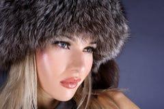 Γυναίκα στο καπέλο χειμερινών γουνών στοκ εικόνες με δικαίωμα ελεύθερης χρήσης