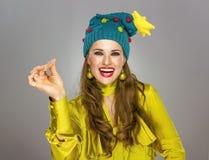 Γυναίκα στο καπέλο Χριστουγέννων στην γκρίζα θραύση με τα δάχτυλα Στοκ φωτογραφία με δικαίωμα ελεύθερης χρήσης