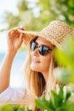Γυναίκα στο καπέλο ήλιων στην παραλία Στοκ Φωτογραφίες