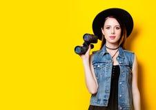 Γυναίκα στο καπέλο με διοφθαλμικό Στοκ Εικόνες