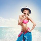 Γυναίκα στο καπέλο στην παραλία Στοκ φωτογραφία με δικαίωμα ελεύθερης χρήσης
