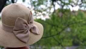 Γυναίκα στο καπέλο απόθεμα βίντεο