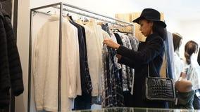 Γυναίκα στο κατάστημα αγορών φιλμ μικρού μήκους