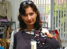 Γυναίκα στο κατάστημα μόδας Στοκ Εικόνα