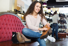 Γυναίκα στο κατάστημα παπουτσιών μόδας Στοκ Φωτογραφία