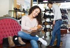 Γυναίκα στο κατάστημα παπουτσιών μόδας Στοκ Εικόνες