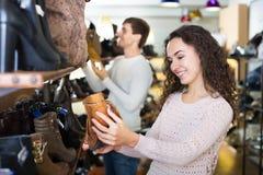 Γυναίκα στο κατάστημα παπουτσιών μόδας Στοκ εικόνα με δικαίωμα ελεύθερης χρήσης