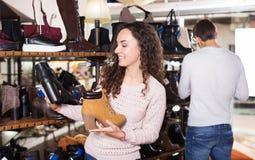 Γυναίκα στο κατάστημα παπουτσιών μόδας Στοκ φωτογραφία με δικαίωμα ελεύθερης χρήσης